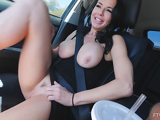 Desolate MILF bombshell whittle Veronica masturbates in a car
