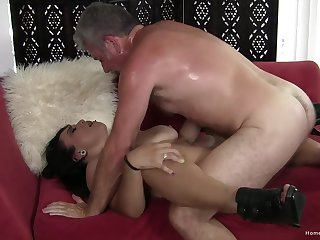 Fast action in the pussy for the mature chick give saggy naturals